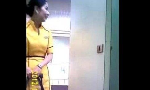 ro89 เย็ดกัน ตั้งกล้องแอบถ่าย หีสาวแอร์โฮสเตสสาวสายการบินนกแอร์เข้าห้องน้ำในสนามบินสวยน่ารักหุ่นดีเห็นหีสาวเต็มๆ