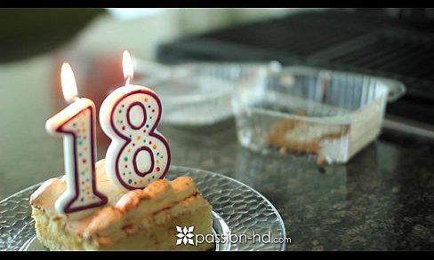 หนังโป๊ฝรั่ง,หีฝรั่ง 18xxxAV  เย็ดฉลองวันเกิดอายุครบ18 เซอร์ไพรส์แฟนด้วยกระจู๋เห็นนอนเกี่ยวเบ็ดบนที่นอนสงสัยเงี่ยนเลยชวนเย็ดซะเลยหมอยยังไม่ขึ้นรูหีฟิตจังเด็ก ม.ปลาย